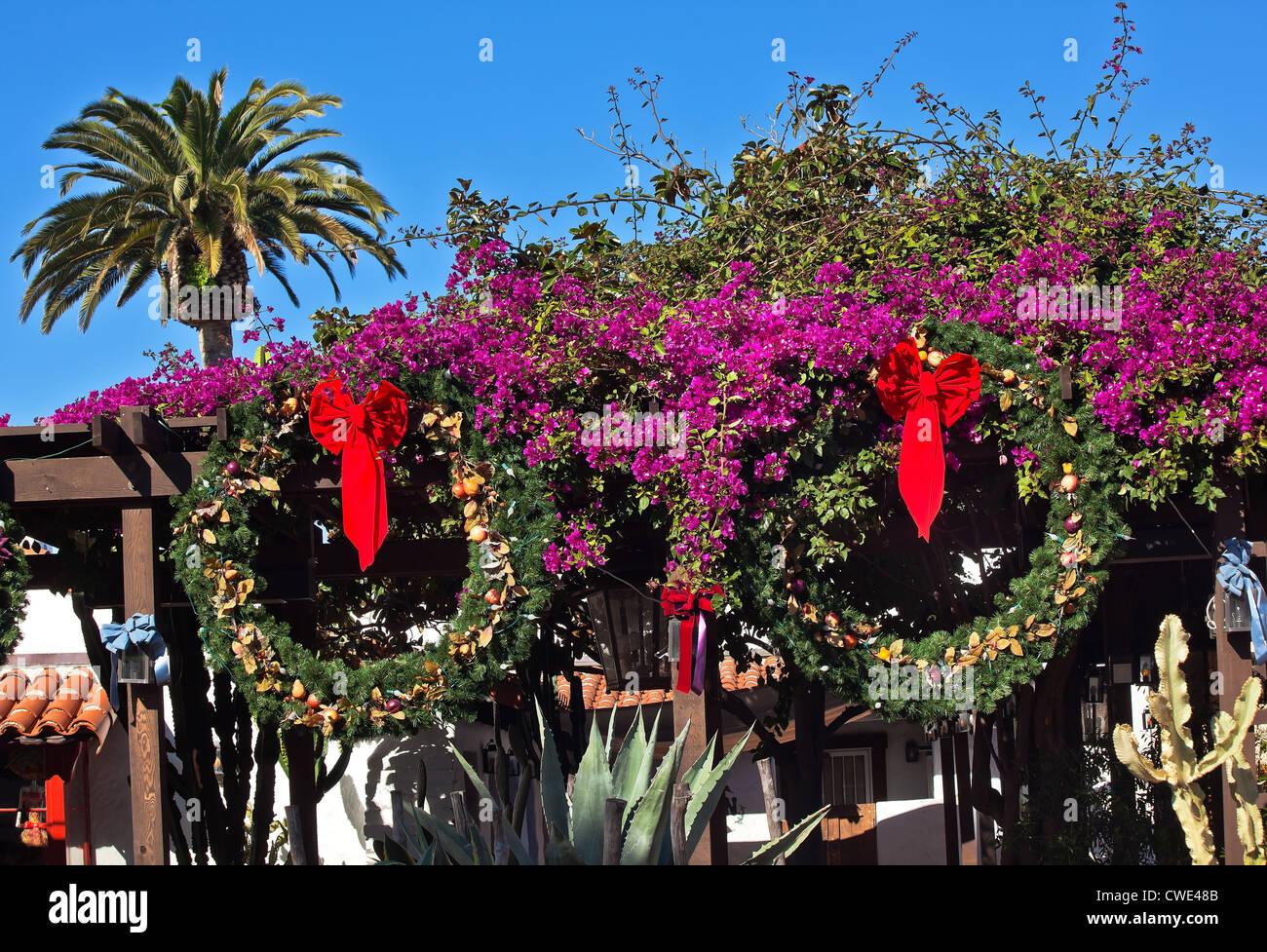 Weihnachten Kranz Dekorationen violetten Bougainvillea Palm Tree ...