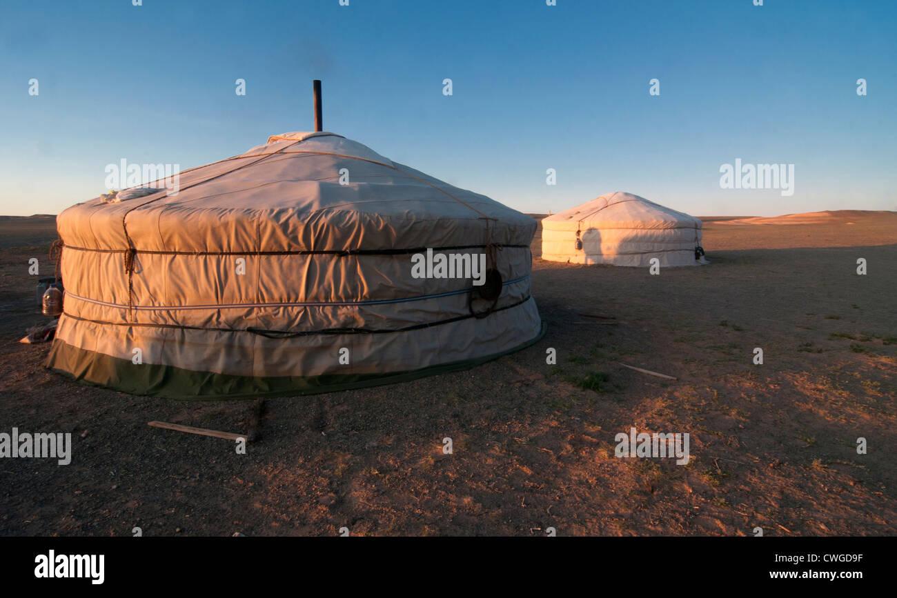 nomadische Gers bei Sonnenaufgang in der Wüste Gobi in der Mongolei Stockfoto