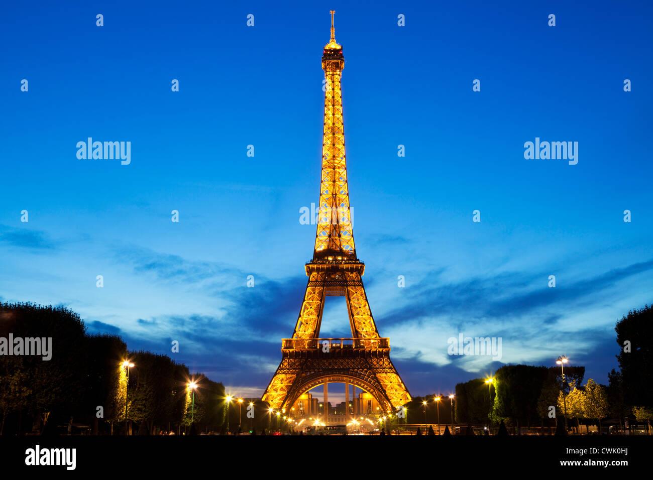 Paris Eiffelturm beleuchtet in der Nacht vom Champs de Mars Gärten Frankreich EU Europa Stockbild