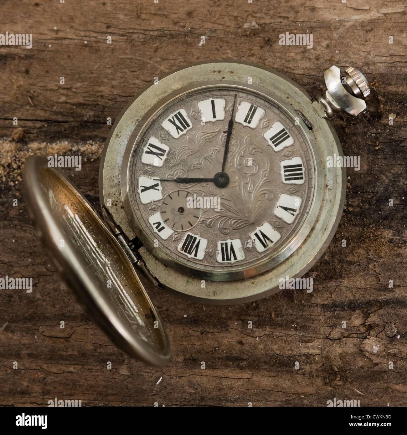 Antike Taschenuhr auf einem hölzernen Hintergrund Stockbild