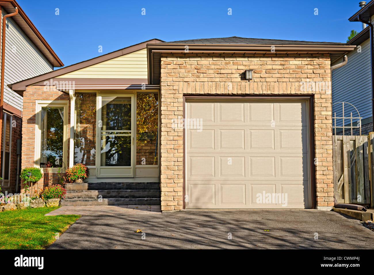 S kleine Bungalow Haus mit Einzelgarage Stockbild
