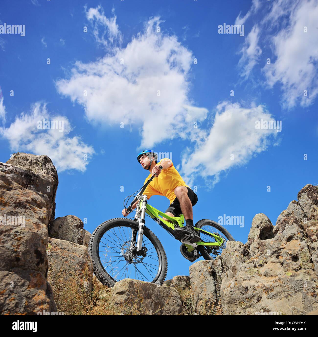 Eine Person auf einem Mountainbike an einem sonnigen Tag, niedrigen Winkel Ansicht Stockbild