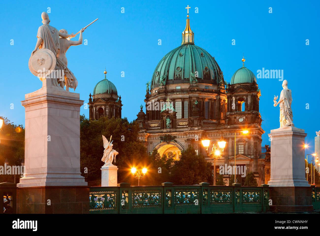 Europa, Deutschland, Berlin, Berliner Dom in der Abenddämmerung Stockbild