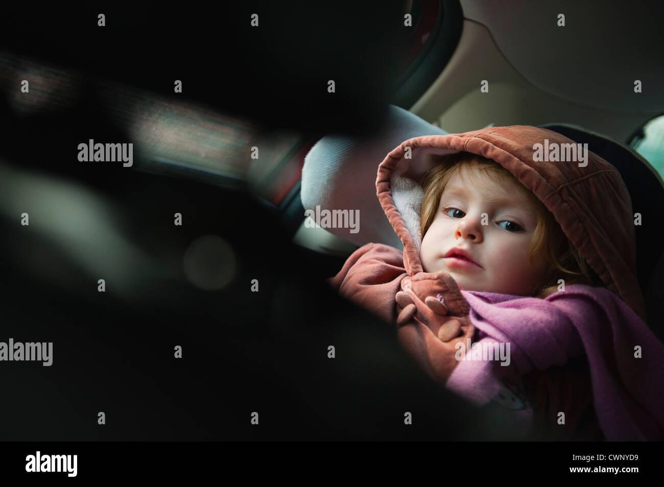 Kleines Mädchen im Autositz, Porträt Stockbild