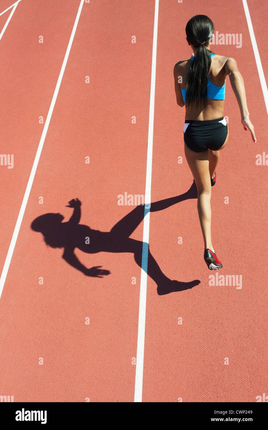 Weibliche Athleten laufen planmäßig, Rückansicht Stockbild