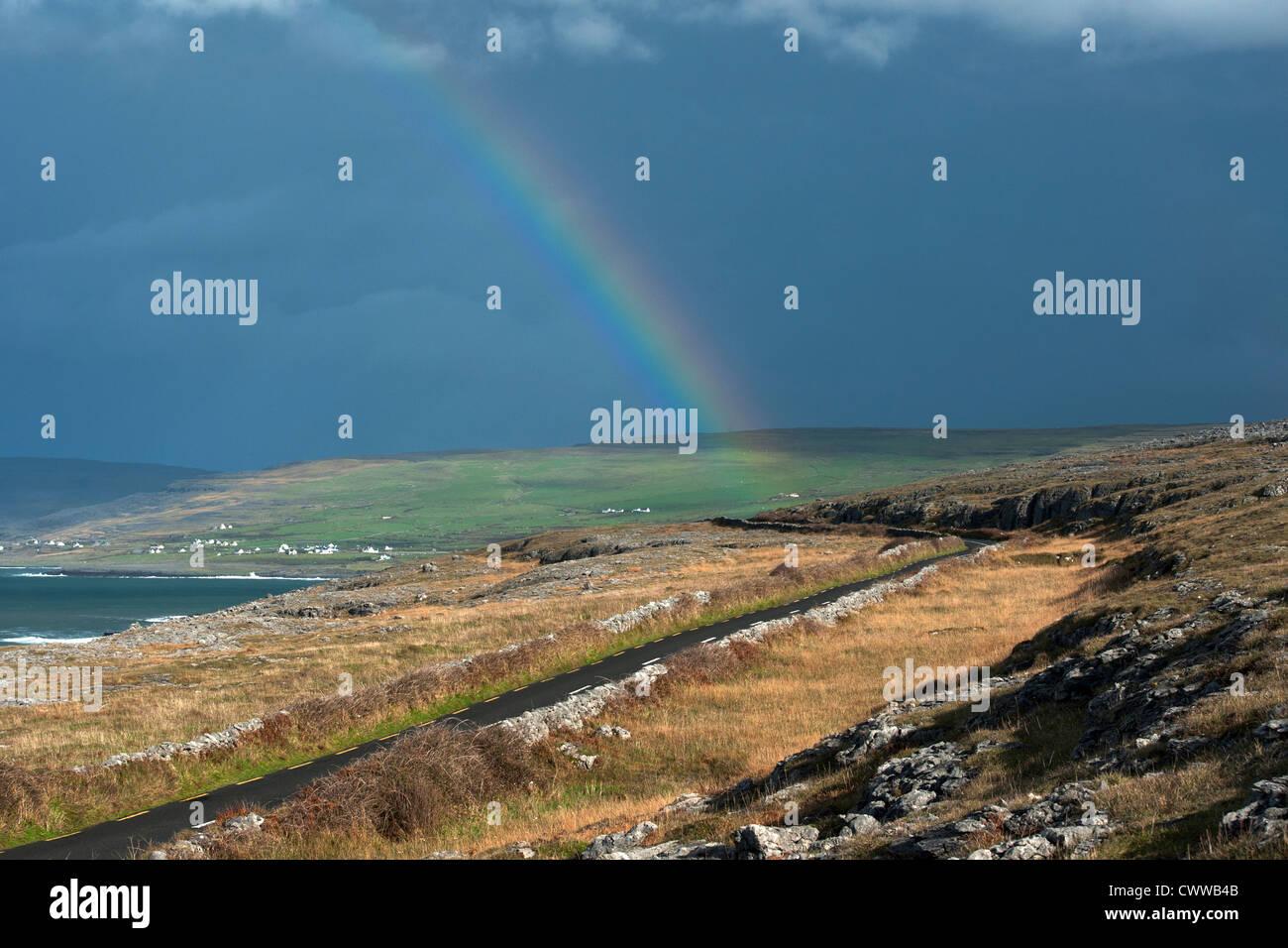 Regenbogen über ländliche Landschaft Stockbild