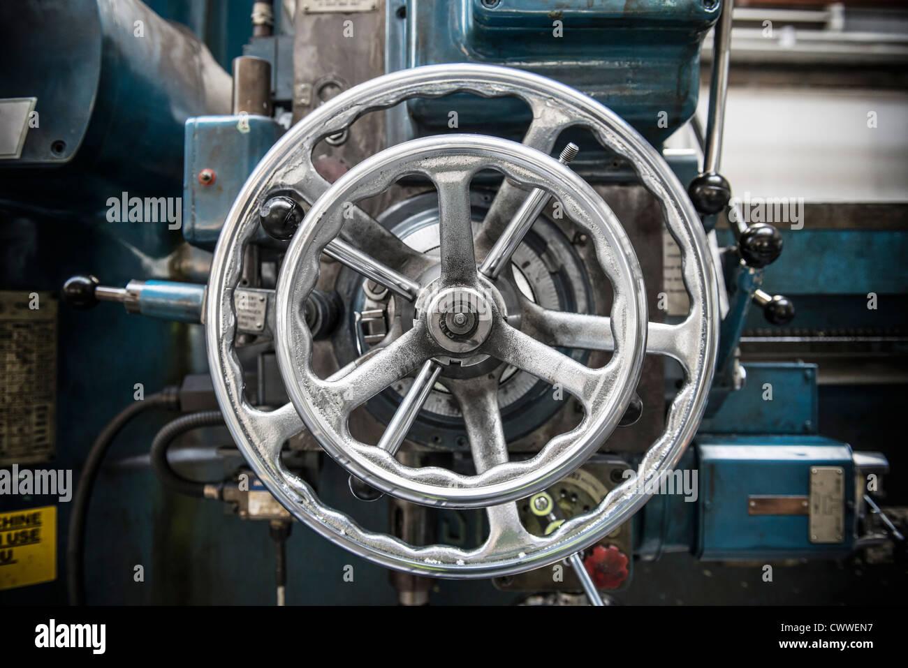 Rad auf Drehbank in Automobilfabrik Stockbild