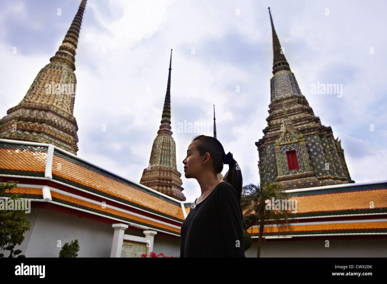 Frau zu Fuß in der reich verzierten Tempel Stockbild