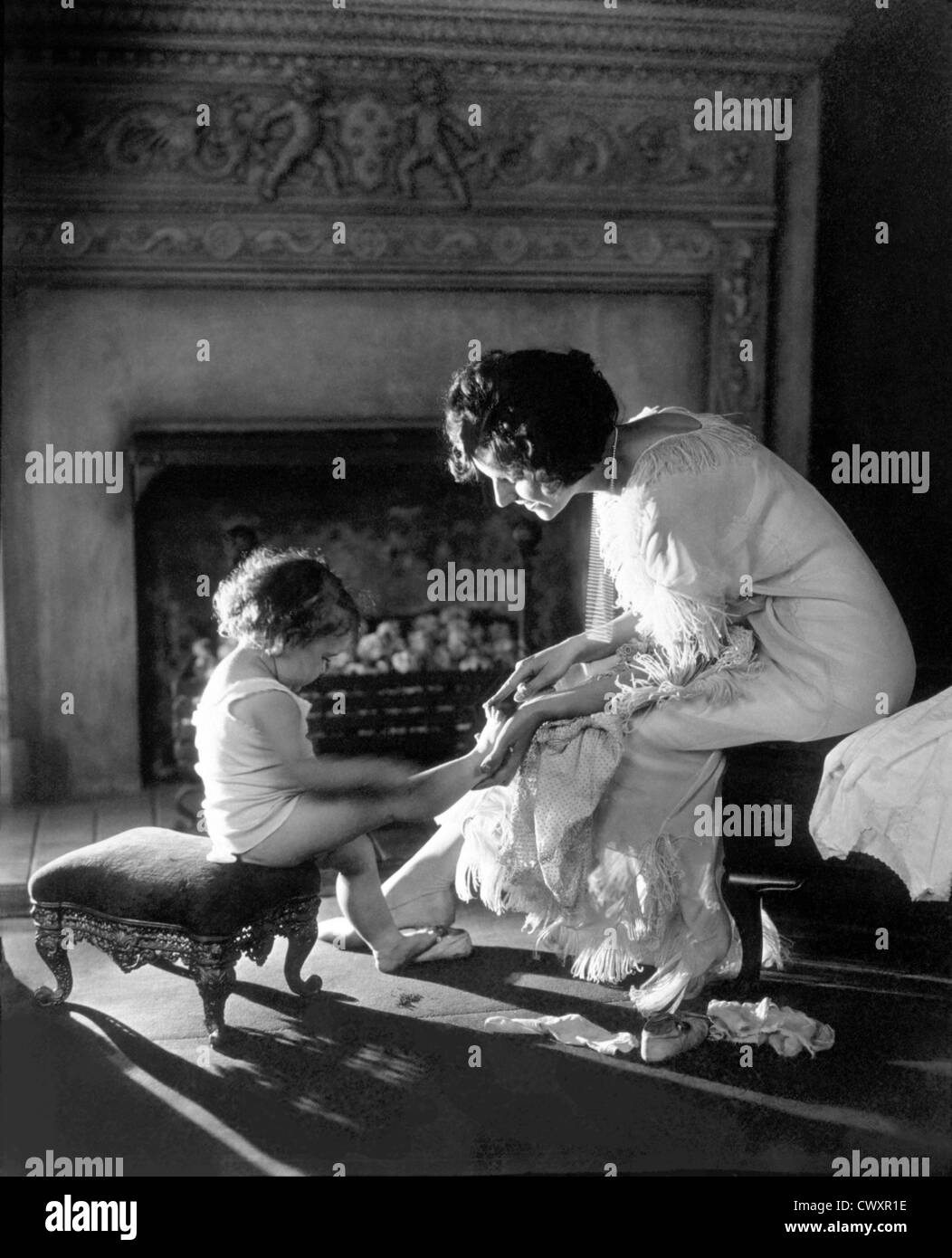 Mutter des Kindes zählen Zehen, um 1915 Stockbild