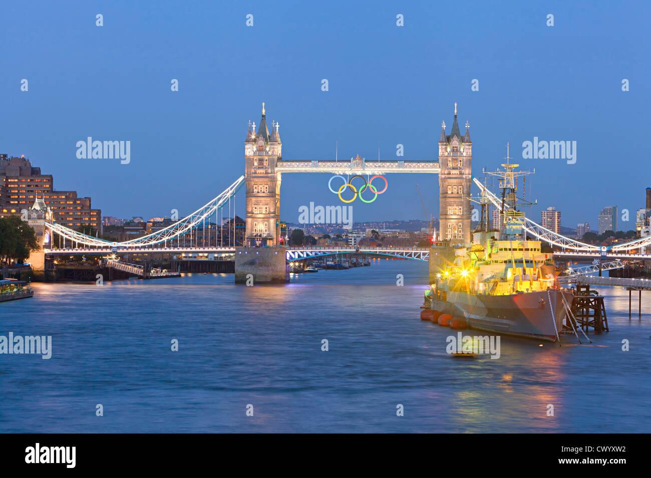 Olympische Ringe auf Tower Bridge für London 2012 Stockbild