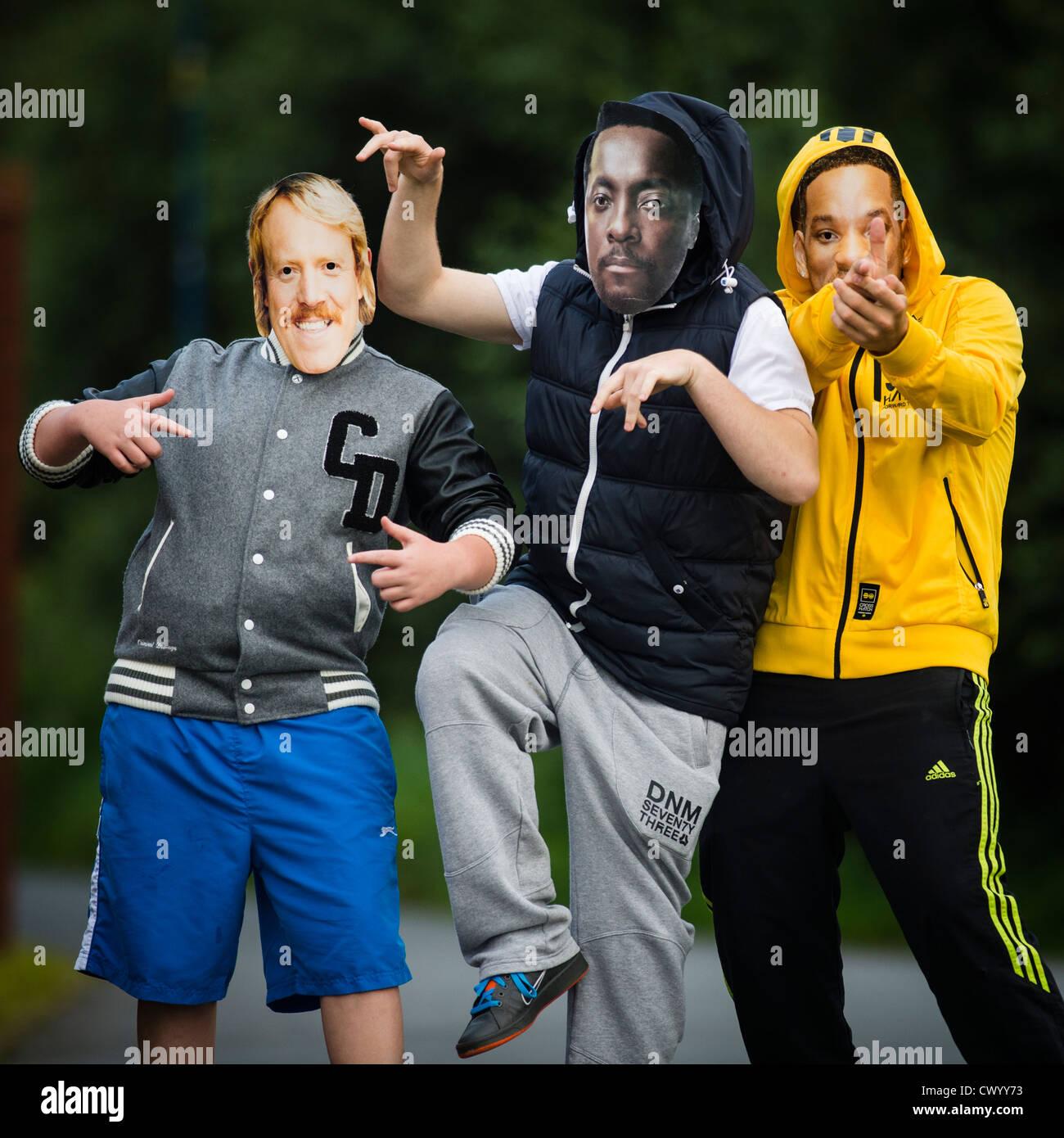 "drei Jungs im Teenageralter ""Berühmtheit"" Masken - Keith Lennon, Will Smith und Will.I.Am, UK Stockbild"