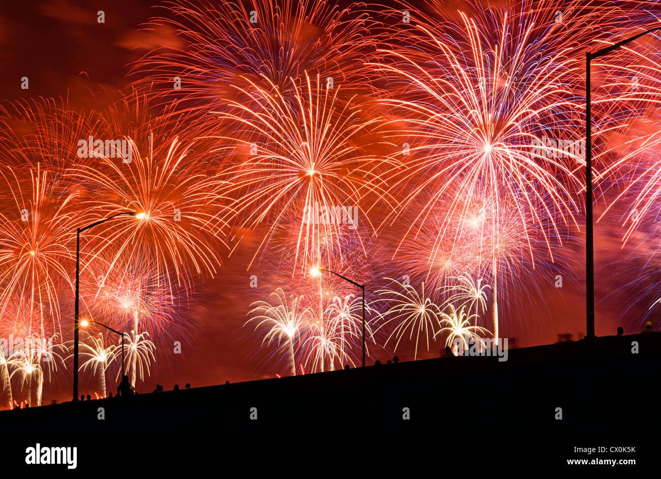 Die Menschen sehen Fourth Of July Feuerwerk von erhöhten Überführung. Stockbild