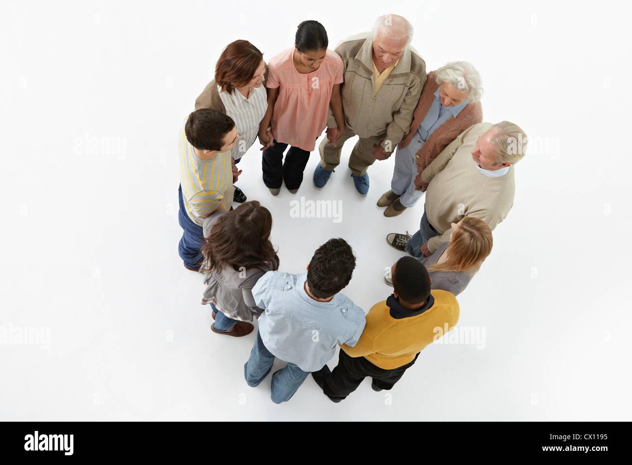 Gruppe von Personen in einem Kreis, erhöhte Ansicht Stockbild