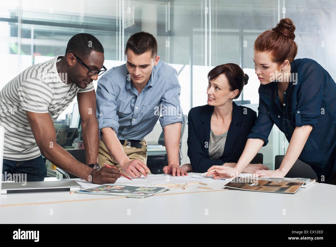 Kollegen bei kreativen treffen Planung Stockbild