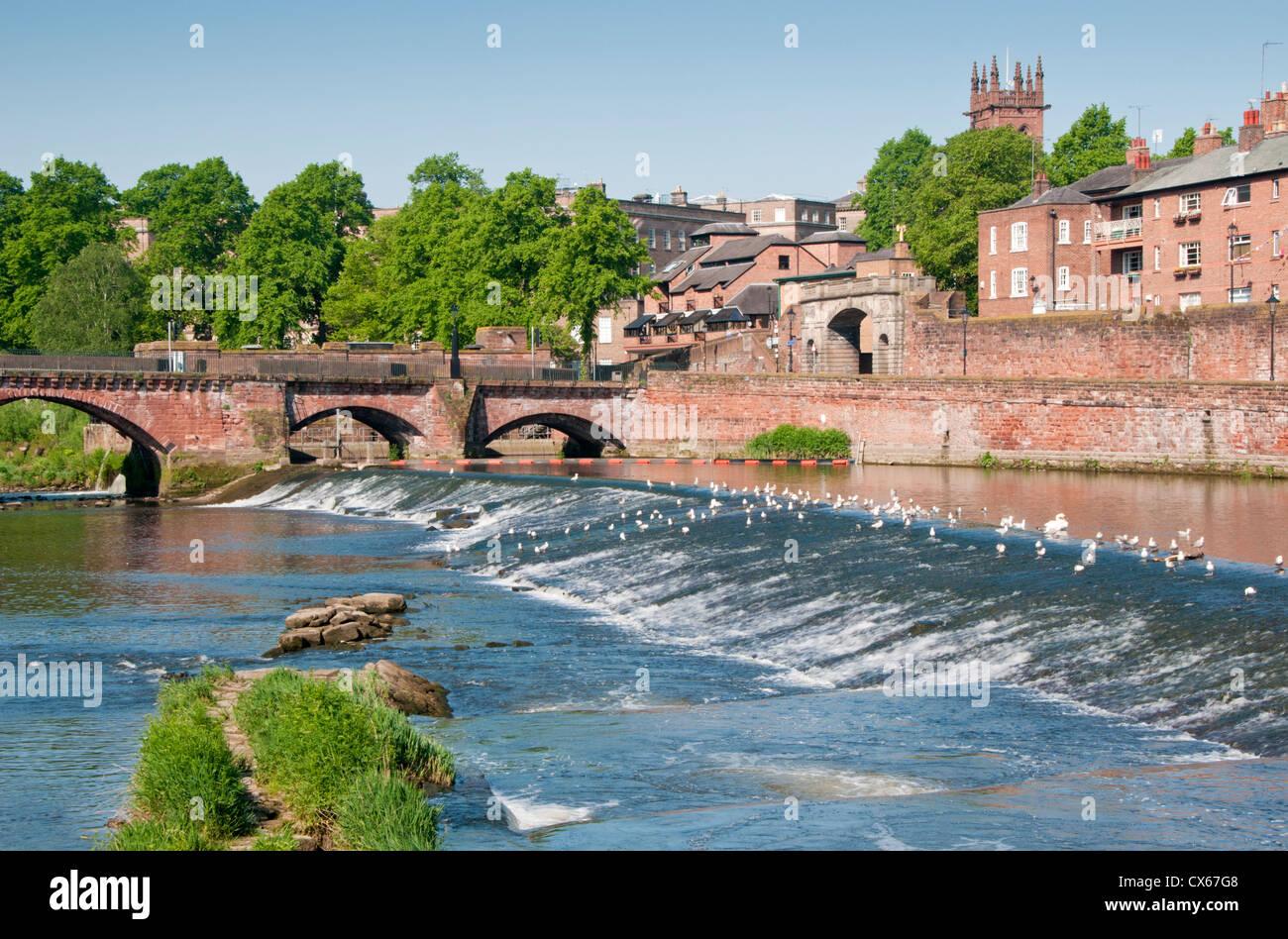 Die alte Dee Brücke, Bridgegate, River Dee Wehr & Lachs springen, Chester, Cheshire, England, Vereinigtes Stockbild