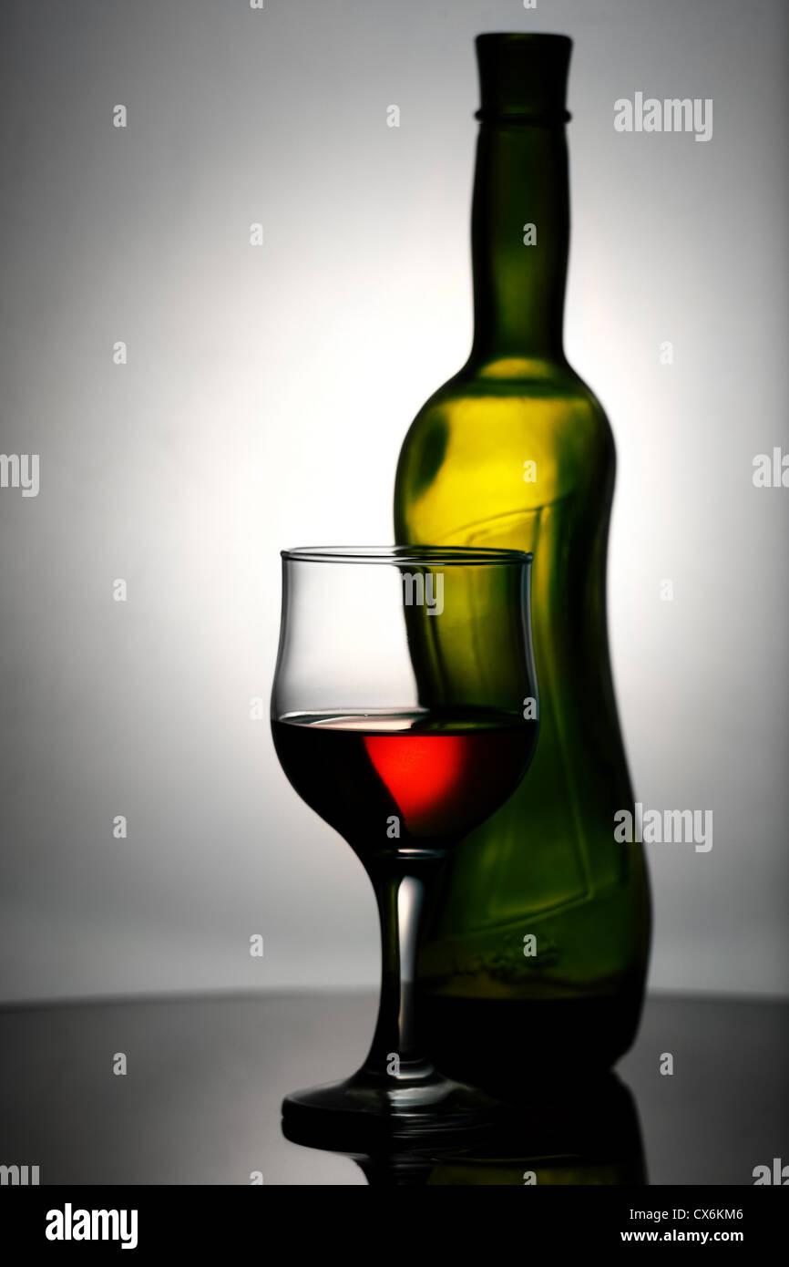 Abstrakte Wein Stillleben über graue Hintergründe Stockfoto