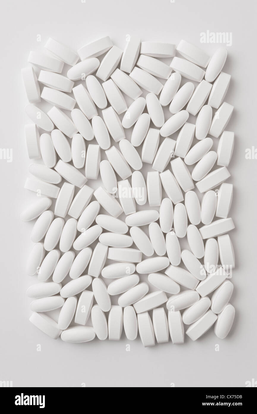 Generische weiße Raute geformte Pillen auf weißem Hintergrund Stockfoto