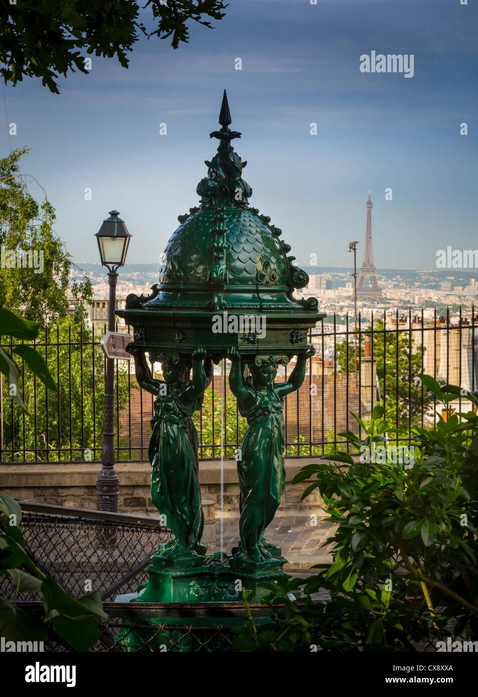 Schöne öffentliche Trinkbrunnen auf der Butte Montmartre in Paris, Frankreich Stockbild
