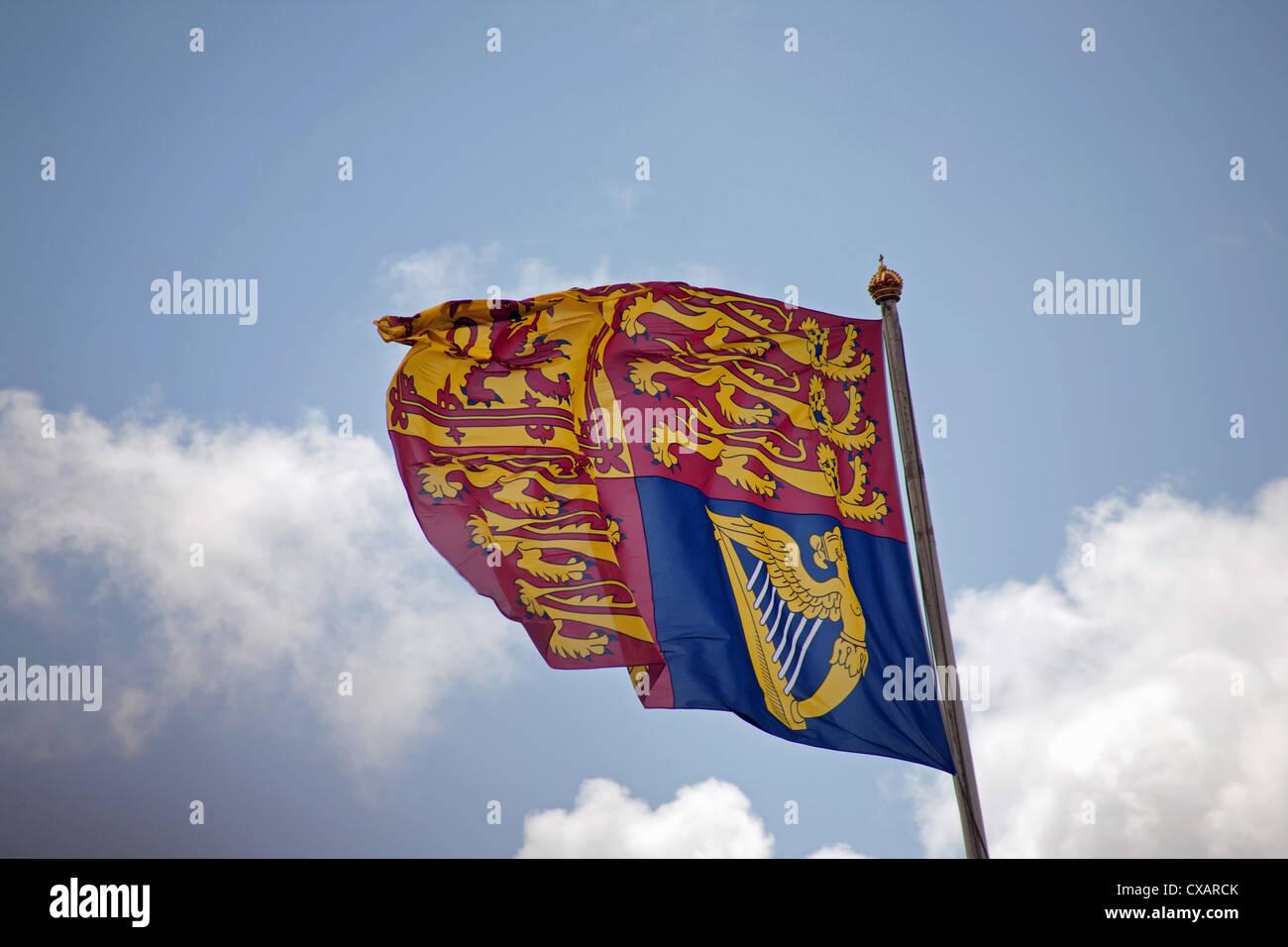 Die königliche Standarte fliegen über dem Buckingham Palace, Trooping die Farbe Zeremonie, London Stockbild