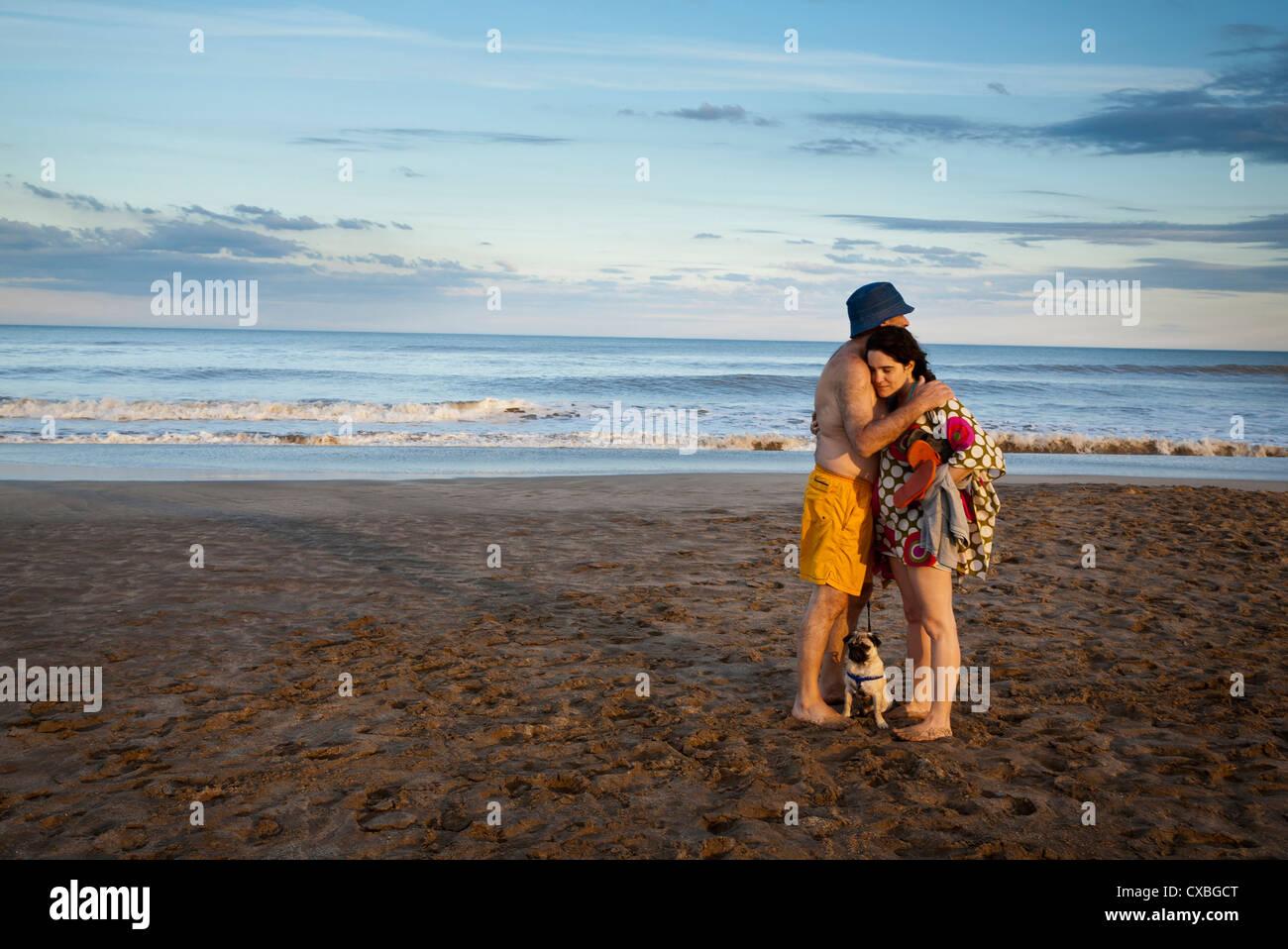 Paar am Strand, Mar de Las Pampas, Argentinien. Stockbild