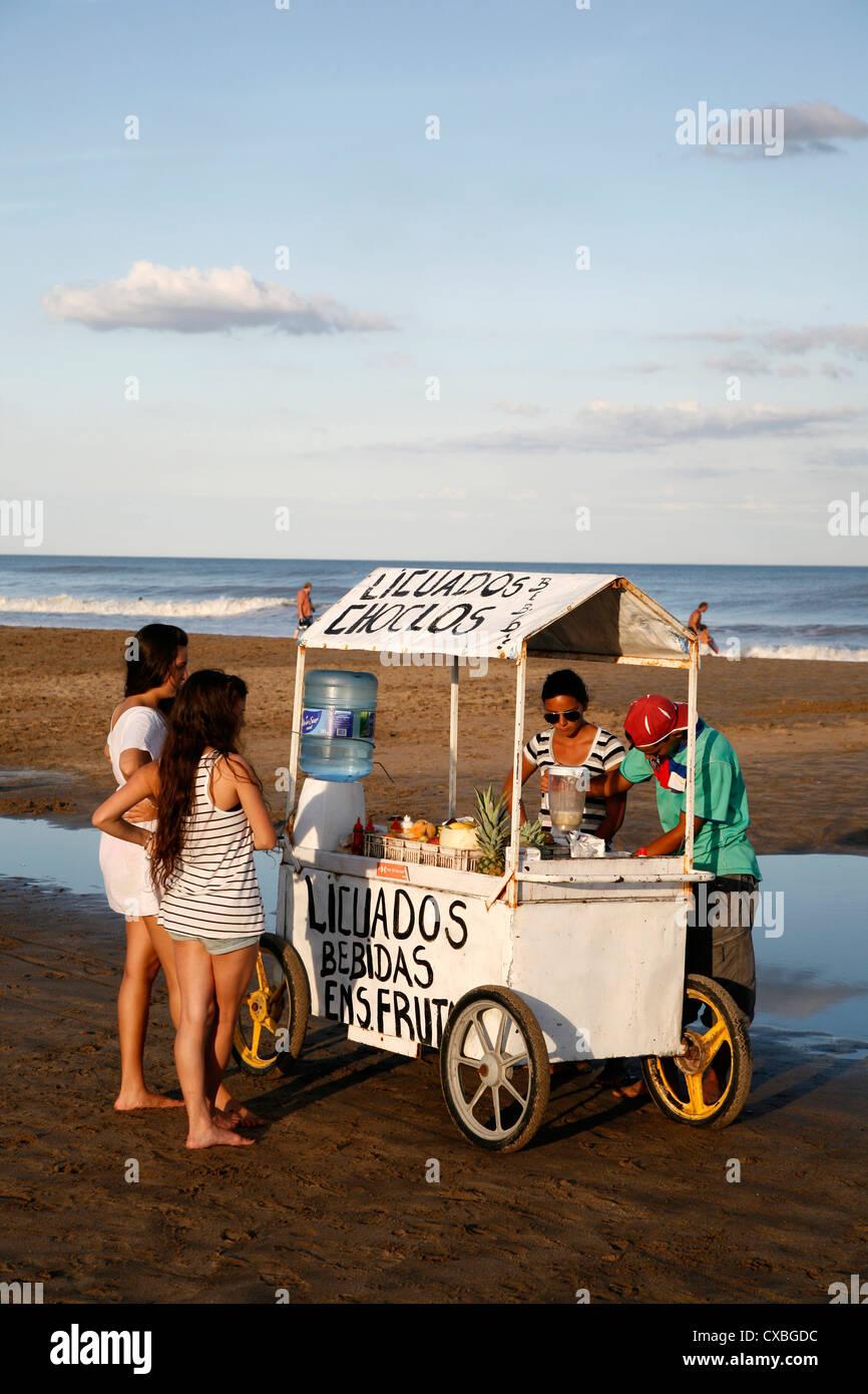 Obst Saft Stand am Strand, Mar de Las Pampas, Argentinien. Stockbild