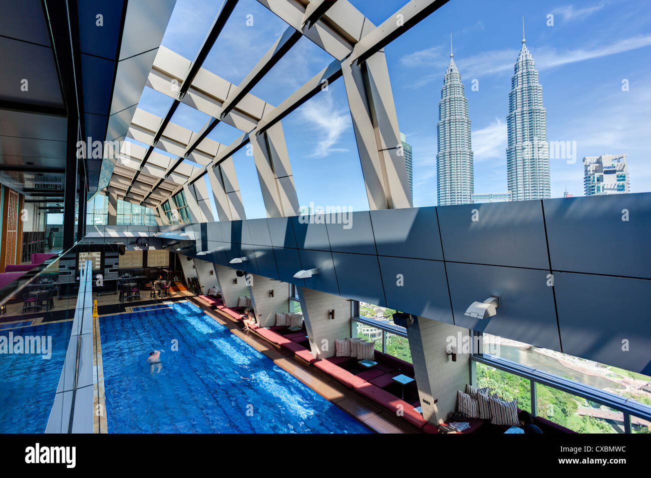 Blick von einer Dachterrasse mit Pool und Skybar des berühmten 88 Petronas Towers, Kuala Lumpur, Malaysia, Stockbild