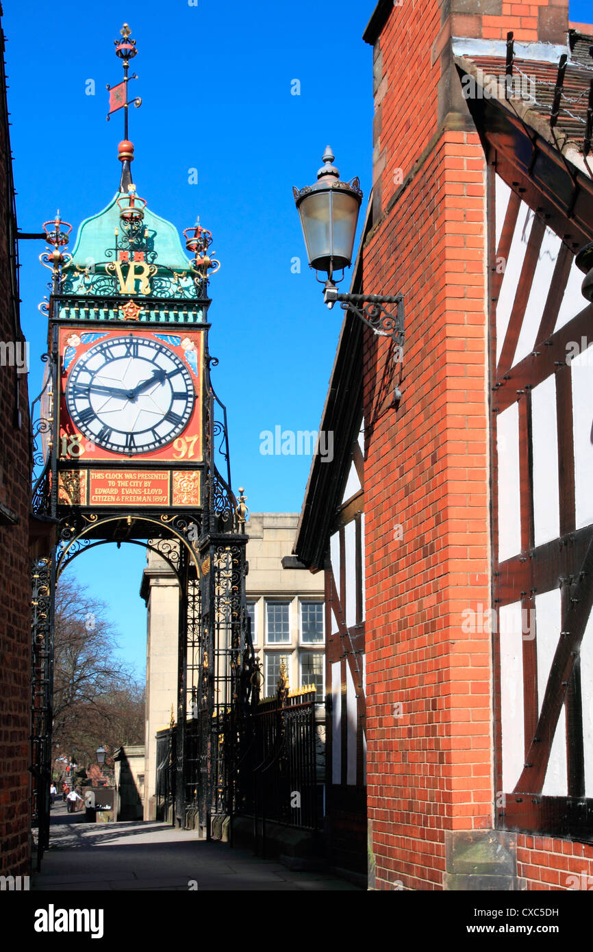 Fußgängerbrücke über Eastgate, mit Uhr, Chester, Cheshire, England, Vereinigtes Königreich, Stockbild