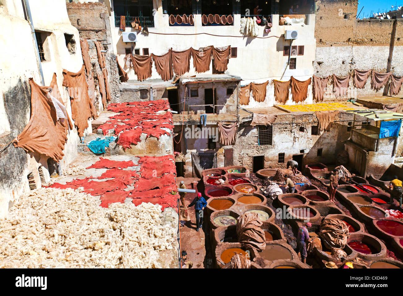 Chouwara traditionelle Leder Gerberei in alten Fes, Bottiche für Gerben und Färben von Leder Häute Stockbild