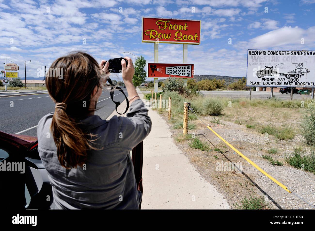 Tourist/Reisenden fotografieren Front Row Seat Kinofilme/Zeichen, Route 66 USA Stockbild