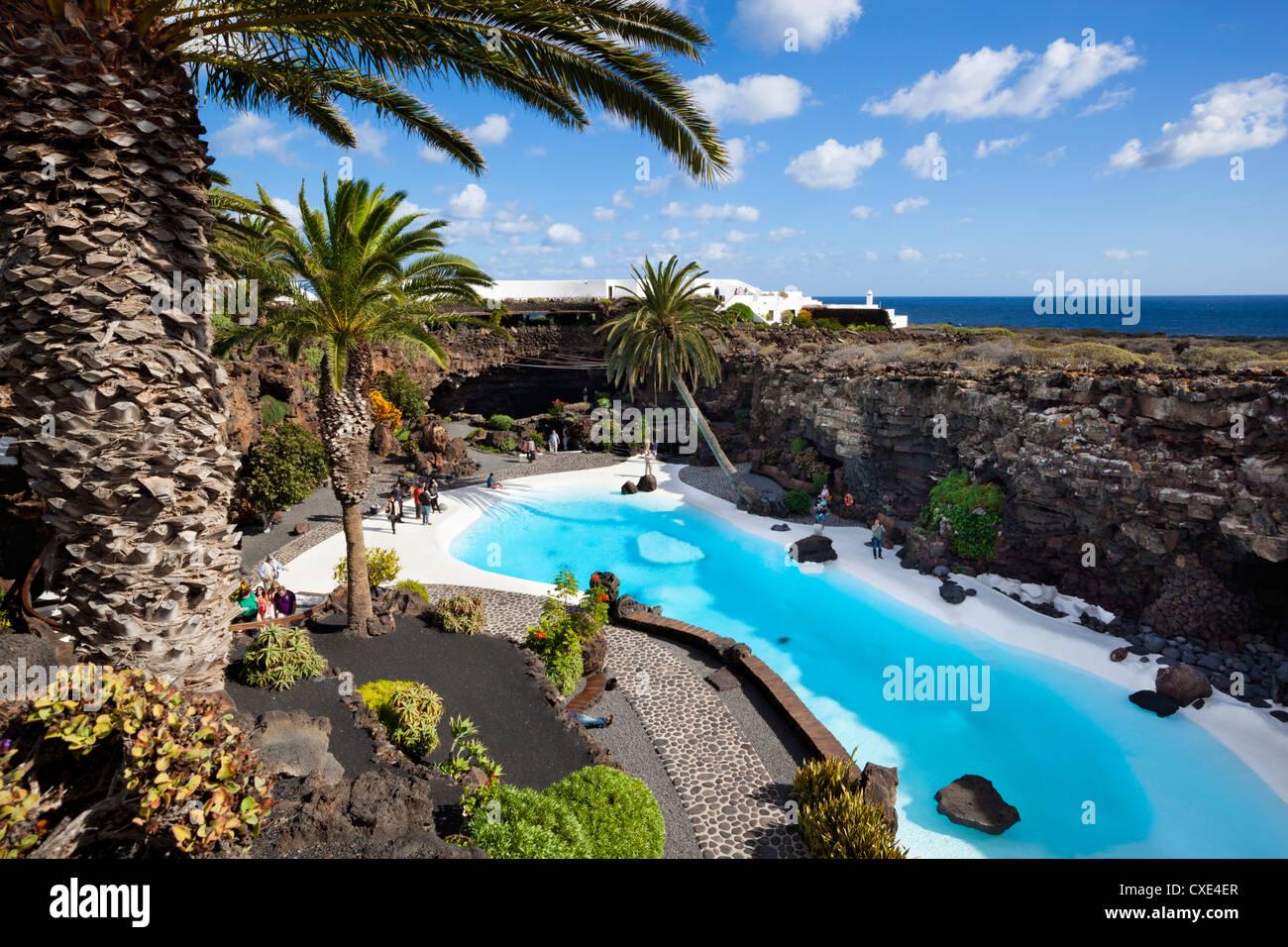 Blaue und weiße Pool, Jameos del Agua, in der Nähe von Arrieta, Lanzarote, Kanarische Inseln, Spanien Stockbild
