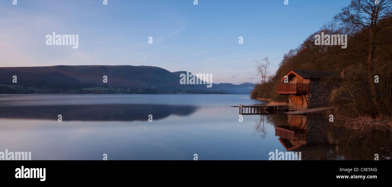 Bootshaus vor Sonnenaufgang an einem Frühlingsmorgen, Ullswater, Nationalpark Lake District, Cumbria, England, Stockbild