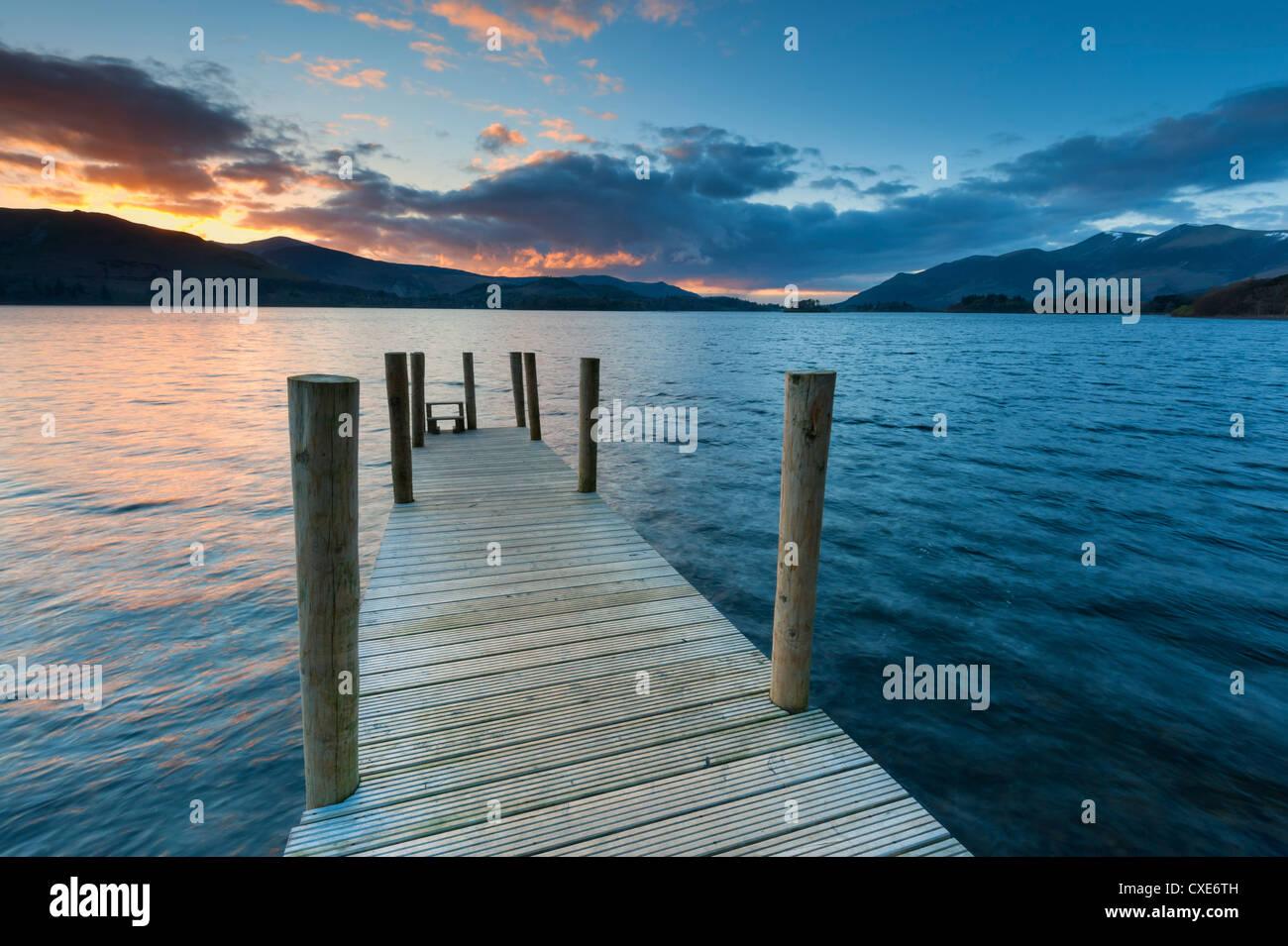 Sonnenuntergang am Ashness Steg in Richtung Skiddaw, Barrow Bay, Derwent Water, Keswick, Nationalpark Lake District, Stockbild