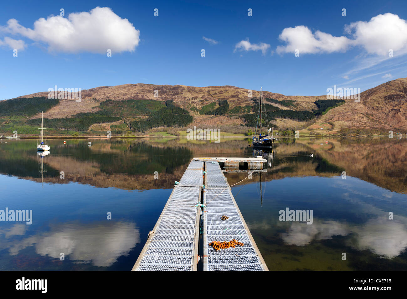 Loch Leven mit Segelboot und Steg von Glencoe Village, Schottisches Hochland, Schottland Stockbild