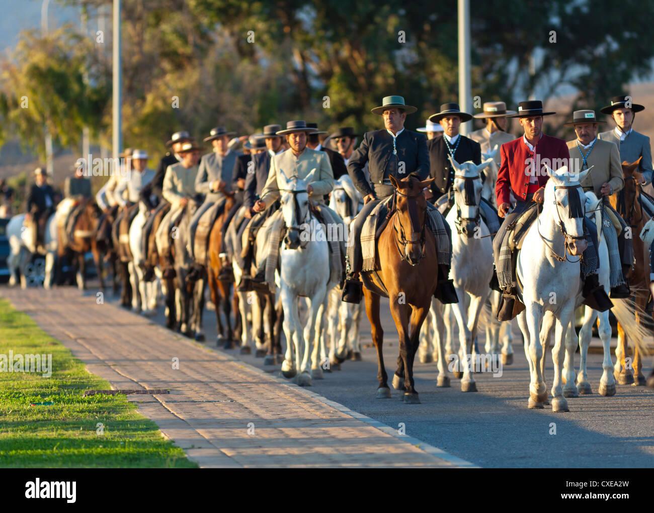 Spanische Reiter in Feria Prozession, Tarifa, Andalusien, Spanien, Europa Stockbild