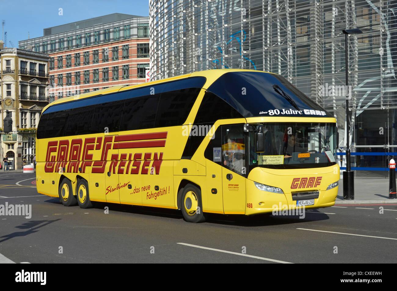 """Graf Reisen Trainer von einer der größten privaten Busunternehmen Deutschlands (Aufkleber im Fenster """"Schwarzen Stockbild"""