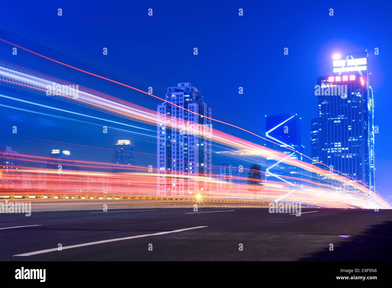 Lichtspuren auf der Autobahn Stockbild
