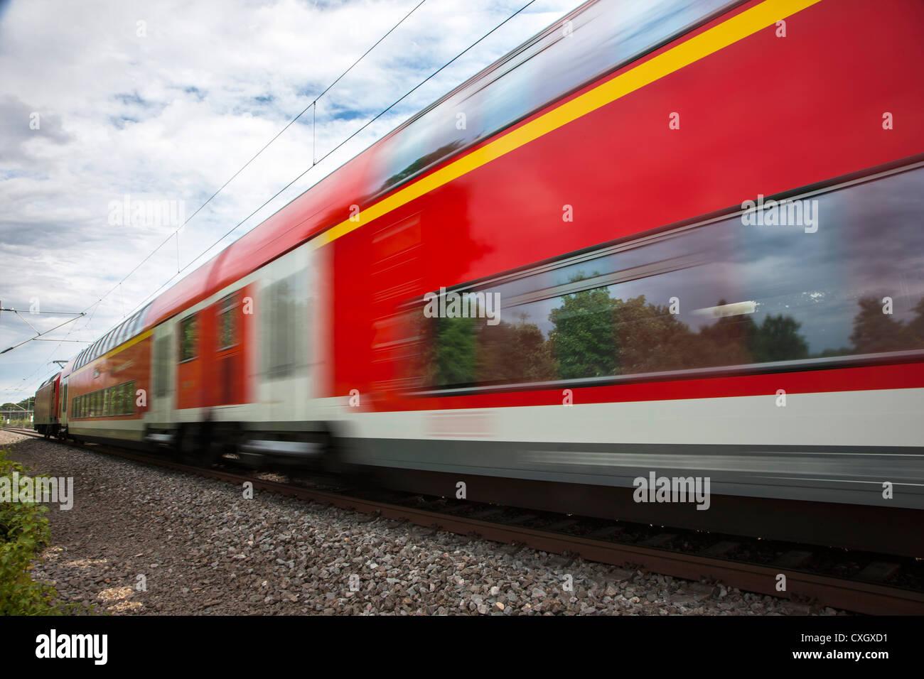 Regionalzug, Doppelböden, auf Schienen, Deutschland Stockbild