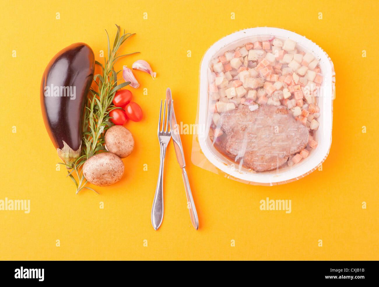 Kontrastierende Essen, Wahl zwischen frischem gesunden Gemüse und Mikrowellen-Mahlzeit Stockbild