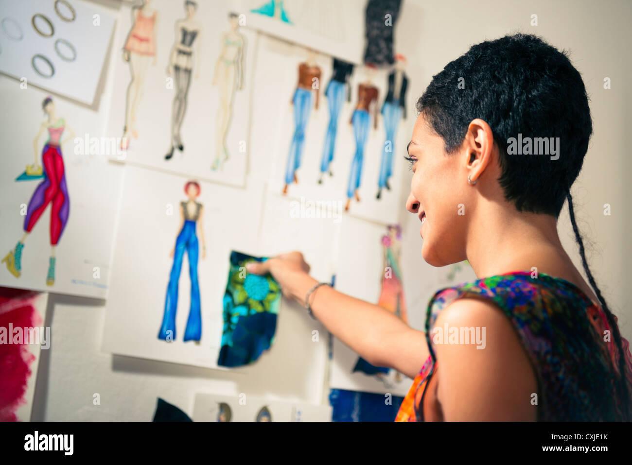 Zuversichtlich, Unternehmer, hispanische junge Frau arbeitete als Modedesignerin und Schneiderin im atelier Stockbild