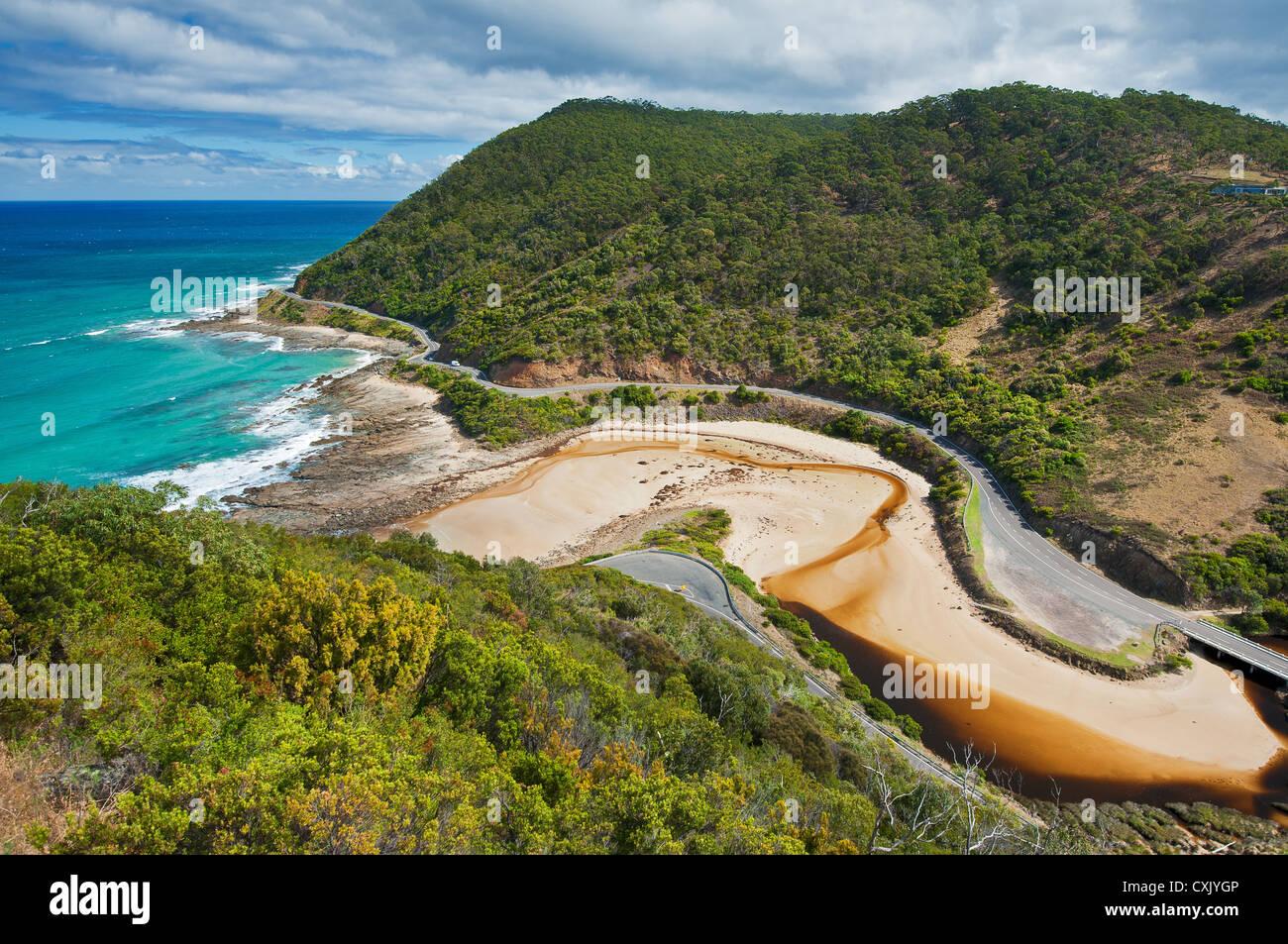 Die Great Ocean Road windet sich entlang der Küste. Stockbild
