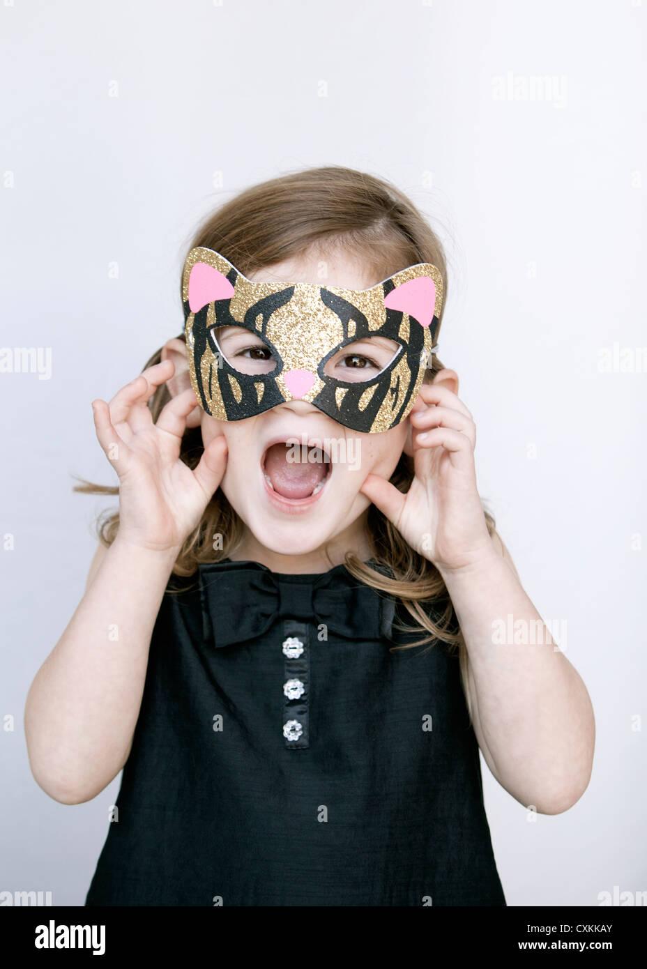 Kleines Mädchen mit Tigermaske Stockbild