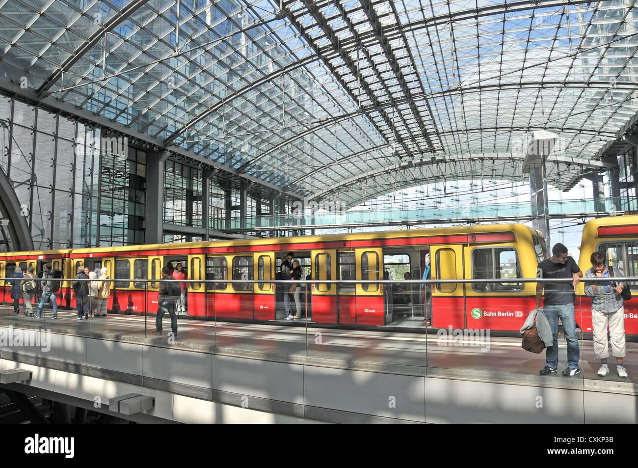 Bahn Berlin Zug in Hauptbanhof Berlin Deutschland Stockbild