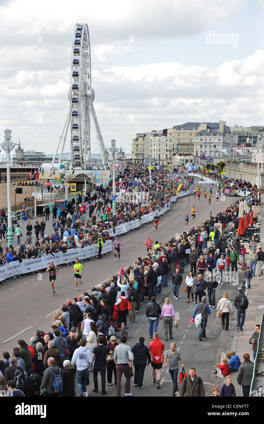 Eine gepackte Strandpromenade als Läufer-Kopf für die Ziellinie während der Brighton Marathon 2012 Stockbild