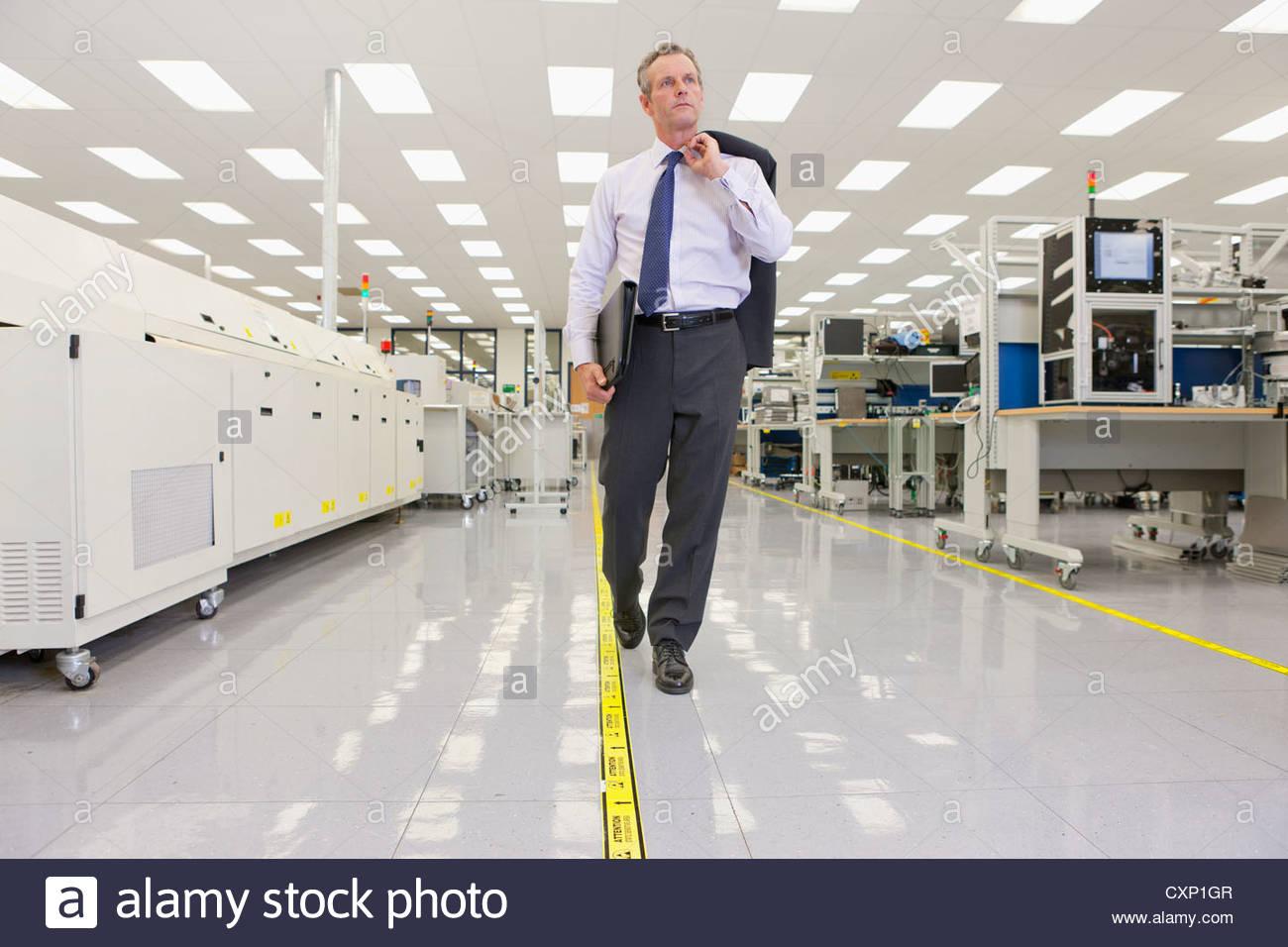 Geschäftsmann, ein Spaziergang durch Hightech-Elektronik-Fabrik Stockbild