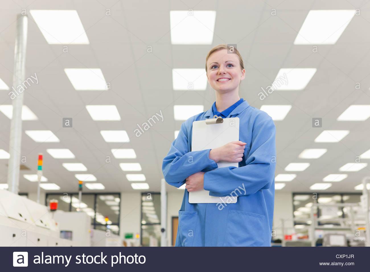 Porträt des Lächelns Ingenieur Betrieb Zwischenablage in Hightech-Elektronik-Fabrik Stockbild