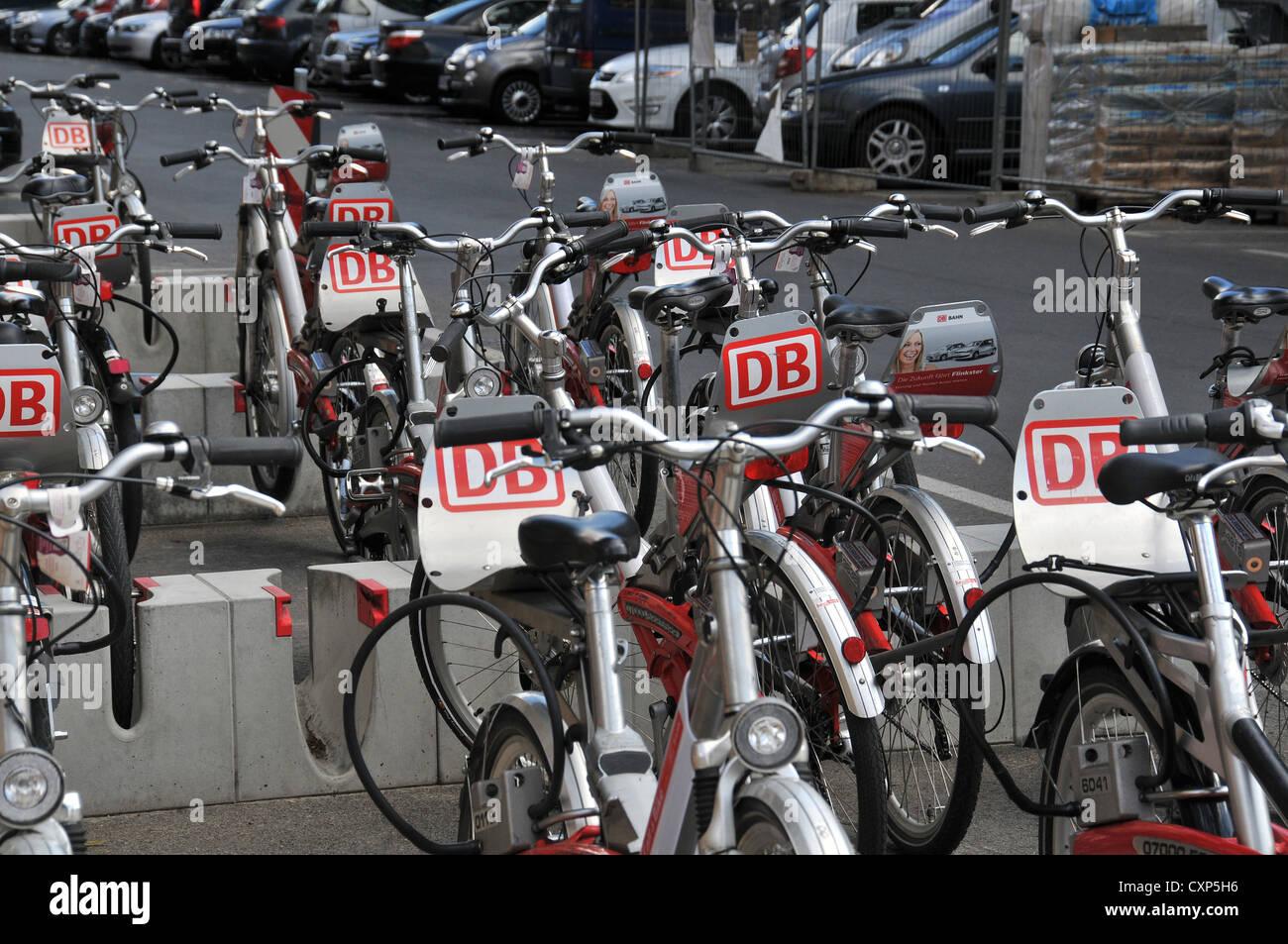 Fahrräder zu mieten, betrieben von der Deutschen Bahn in Straße Berlin Deutschland Stockbild