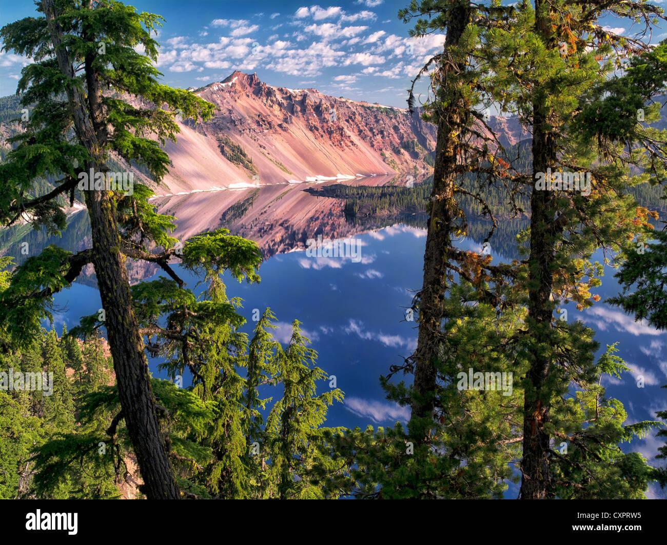 Kratersee Reflexion und The Watchman Peak. Crater Lake Nationalpark, Oregon Stockbild