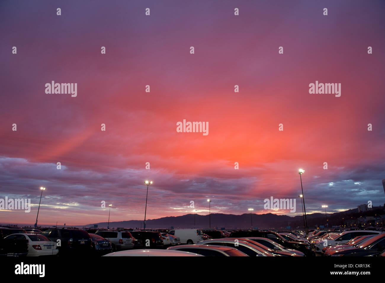 Autos auf Parkplatz bei Sonnenuntergang Stockbild