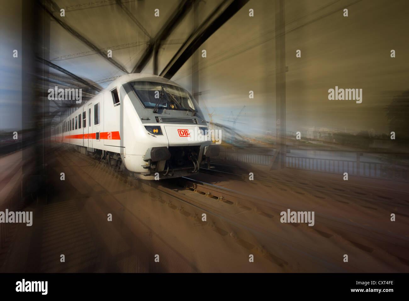 Deutsche Bahn, Deutsche Bahn, s-Bahn, Deutschherrnbruecke Brücke, Frankfurt am Main, Deutschland, Europa, PublicGround Stockbild
