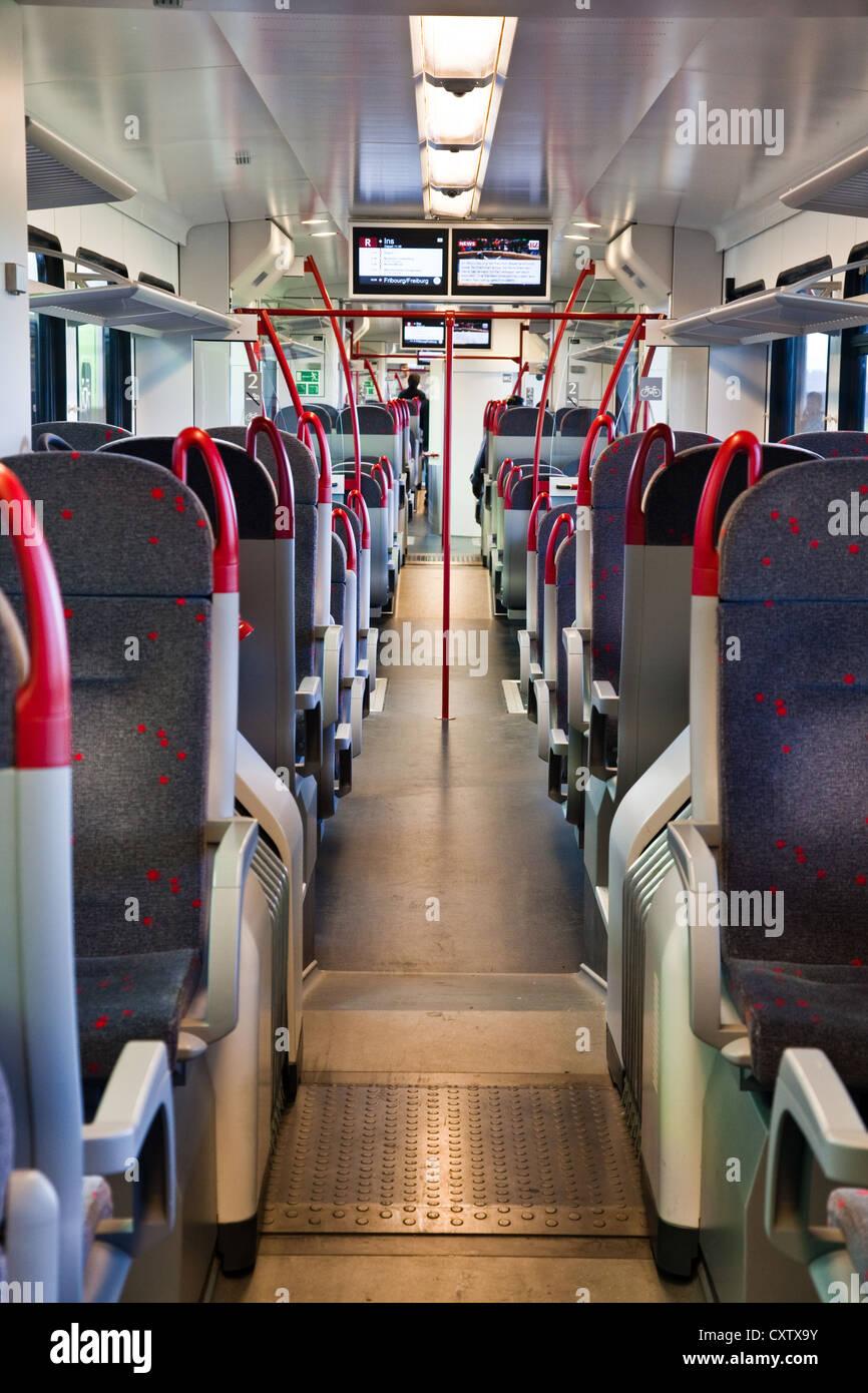 Innenansicht von einem Schweizer Regionalzug warten auf Fahrgäste am Bahnhof von Ins, Schweiz Stockbild